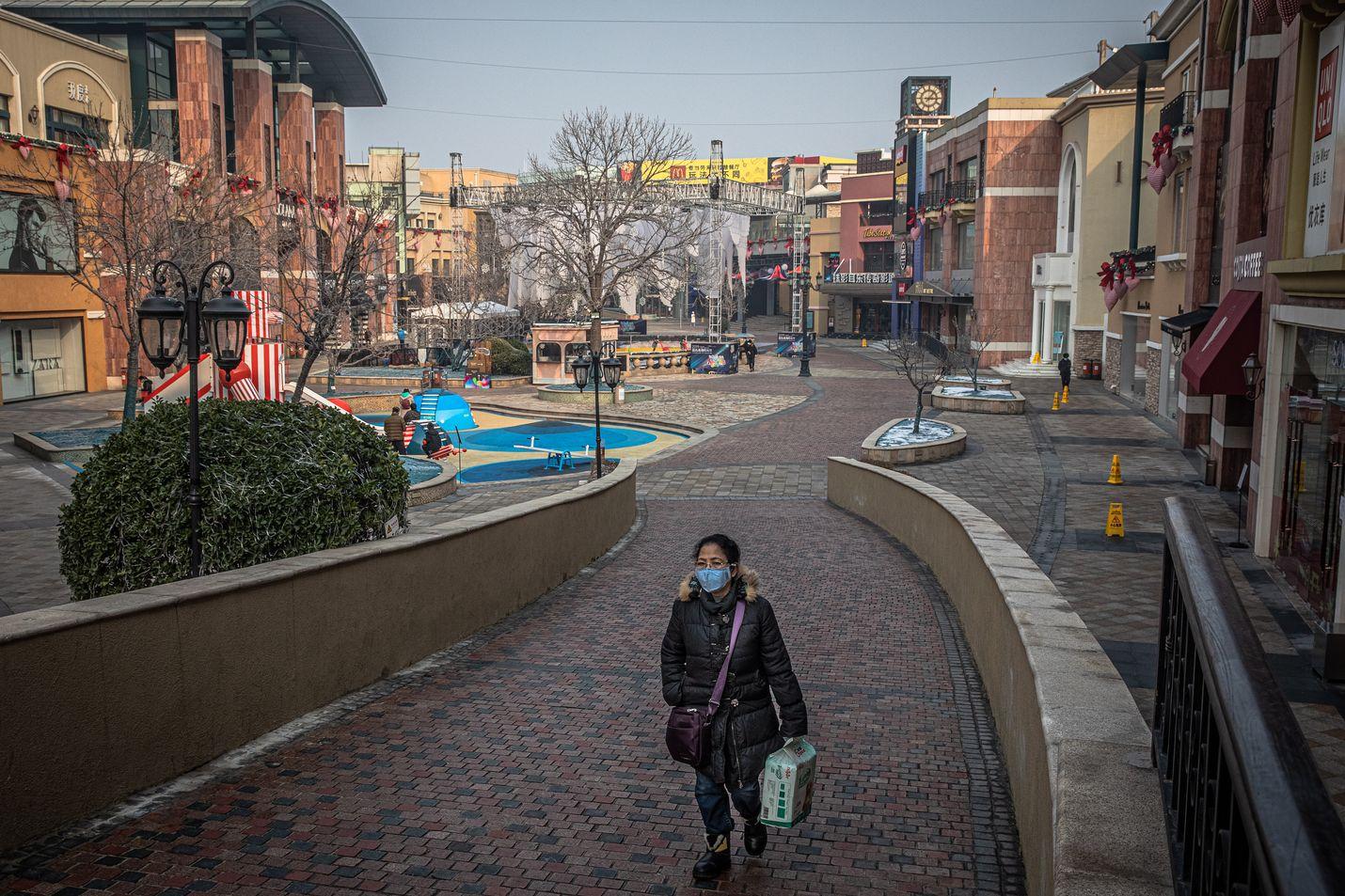 Pekingissä ostoskadulla oli keskiviikkona autiota, kun Kiinassa leviävä koronavirus piti ihmiset kodeissaan.