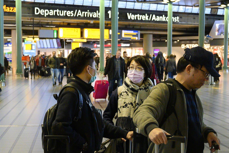 Matkustajat käyttivät suojamaskeja Schipholin lentokentällä Alankomaissa helmikuun alussa. Hollantilainen lentoyhtiö KLM esitti perjantaina julkisen anteeksipyynnön eteläkorealaisille matkustajille. KLM:n miehistön jäsen oli aikaisemmin viikolla kiinnittänyt lentokoneen wc:n oveen koreankielisen lapun, jossa ilmoitettiin, että wc on vain henkilökunnan käytössä koronaviruksen takia.