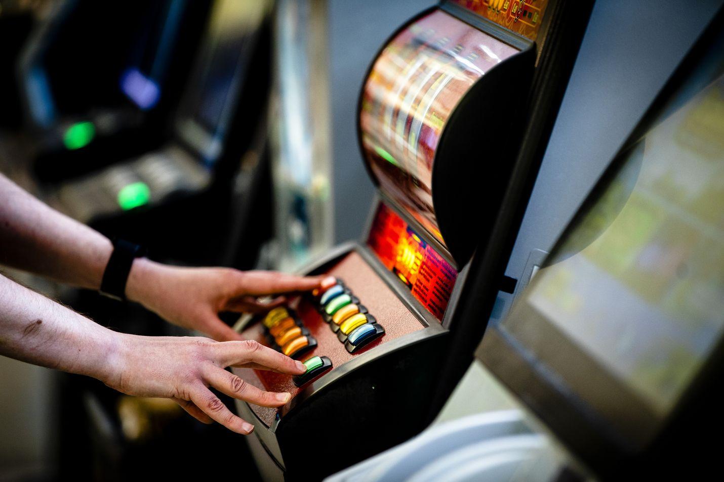 Terveyden- ja hyvinvoinnin laitoksen THL:n vuoden 2015 tutkimuksen mukaan 124 000 suomalaisella on rahapeliongelma. Arkistokuva.