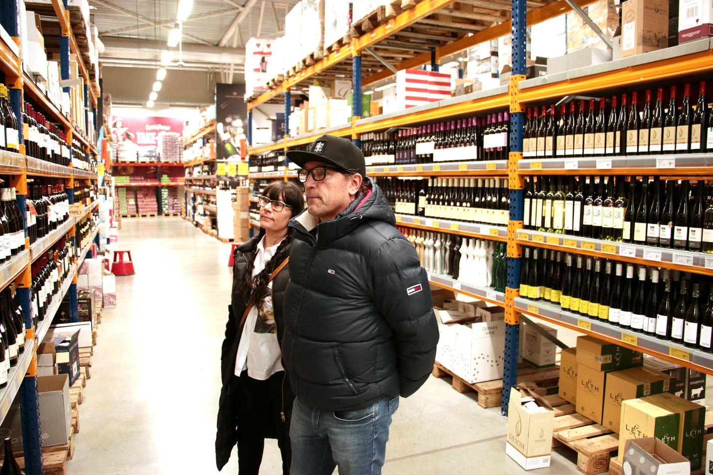 Hämeenlinnalaiset Kirsi Virta ja Ari Nurminen käyvät usein matkailemassa Virossa. Nurminen ostaa joka reissulla muutaman laatikon olutta, Virta taas ei juuri käytä alkoholia.