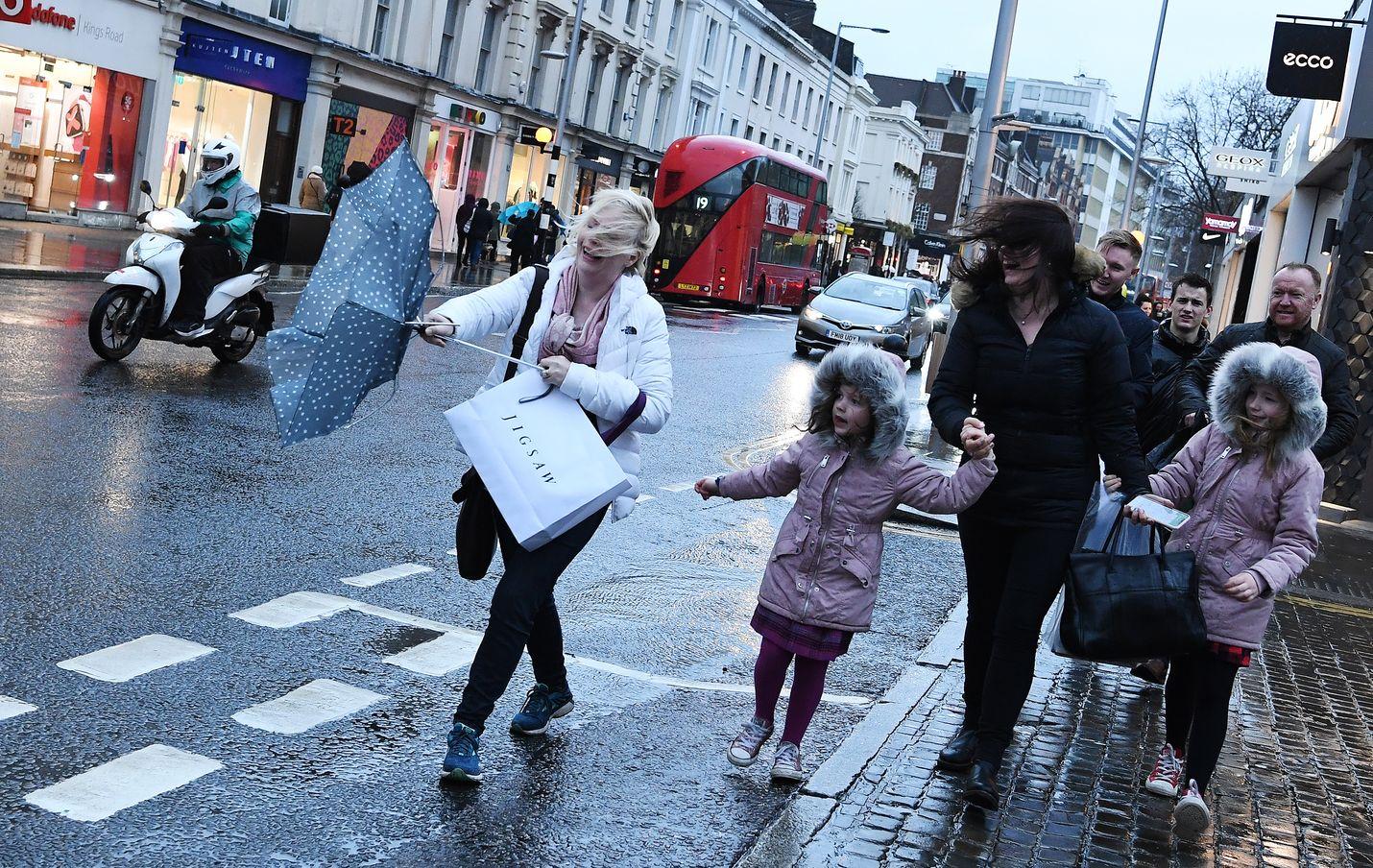 Dennis-myrsky on riepotellut viikonloppuna Brittein saaria kovilla tuulilla ja sateilla. Myrsky on vaatinut ainakin kaksi kuolonuhria. Britanniassa peruttiin viikonvaihteen aikana satoja lentoja myrskyn takia.