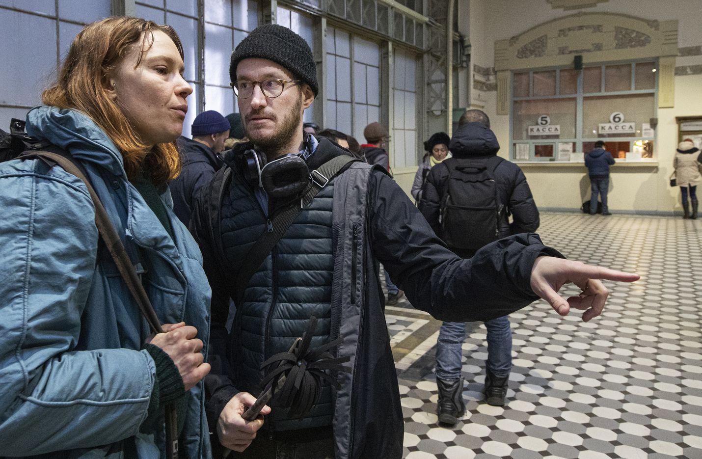 Näyttelijä Seidi Haarla ja ohjaaja Juho Kuosmanen työskentelevät lähiviikkoina liikkuvassa junassa Venäjällä ja pienissä kylissä radan varrella. Tekeillä on draamaelokuva Rosa Liksomin Finlandia-palkitun romaanin pohjalta.