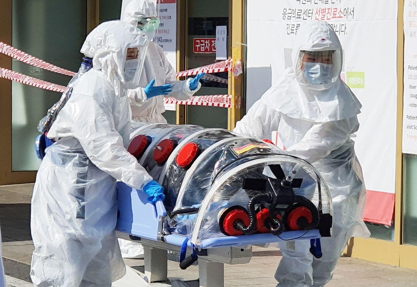 Koronavirustartuntoja on todettu Kiinan ulkopuolella runsaasti esimerkiksi Etelä-Koreassa. Maan neljänneksi suurin kaupunki Daegu on hiljentynyt keskiviikon jälkeen, kun ainakin 13 ihmisen todettiin saaneen tartunnan kirkossa. Kuvassa kaupungin sairaalaan kuljetetaan potilasta, jolla epäillään tartuntaa.