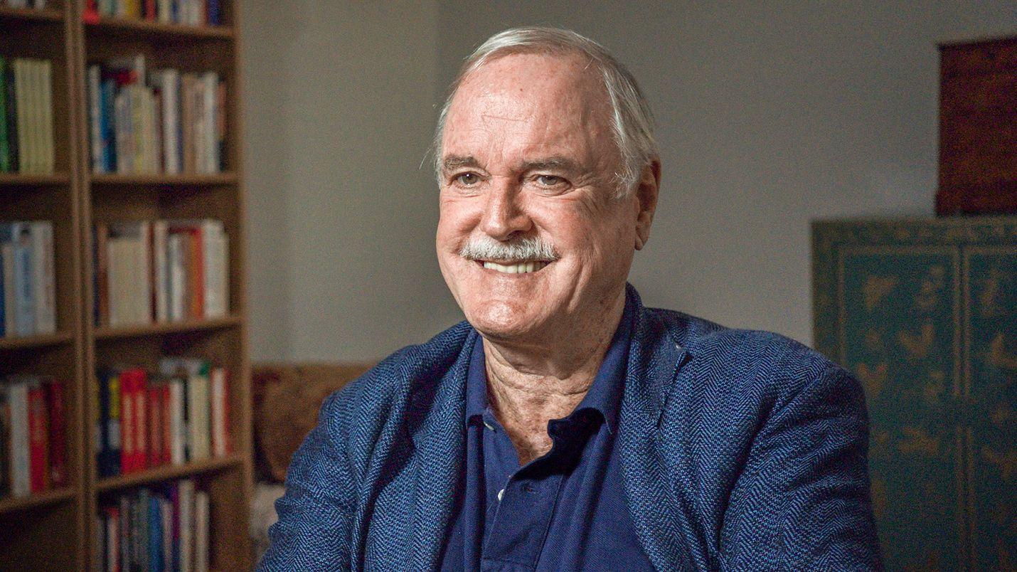 """Monty Pythonista tuttu John Cleese on dokumentissa yksi """"assholenessin"""" eli kusipäisyyden analysoijista."""