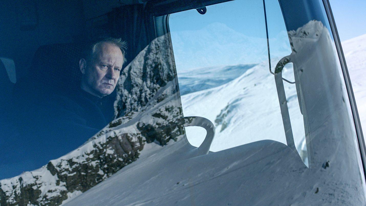 Norjalaisessa mustan huumorin tarinassa auramies Nils Dickman (Stellan Skarsgård) päättää kostaa poikansa tappajille.