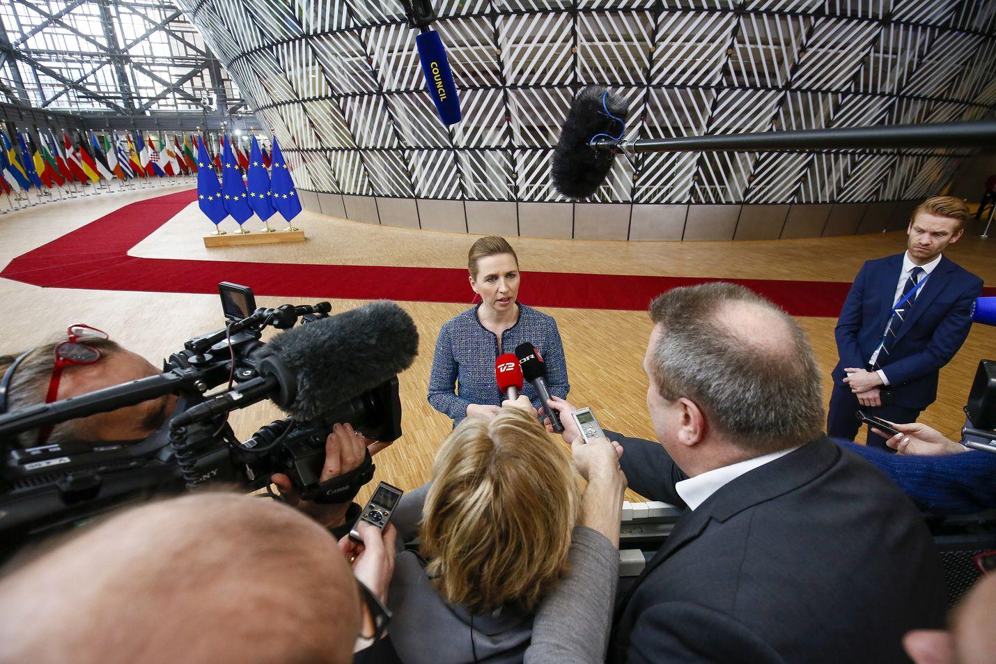 Tanskan pääministeri Mette Frederiksen puhui toimittajille perjantaina ennen EU:n huippukokouksen toisen päivän neuvotteluja. Kokouksessa päätetään EU:n vuosien 2021–2027 rahoituskehyksestä.
