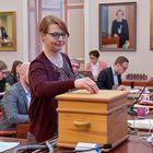 Kaupunginvaltuutettu Helena Ollila (kesk.) pudottamassa äänestyslipukkeensa uurnaan.