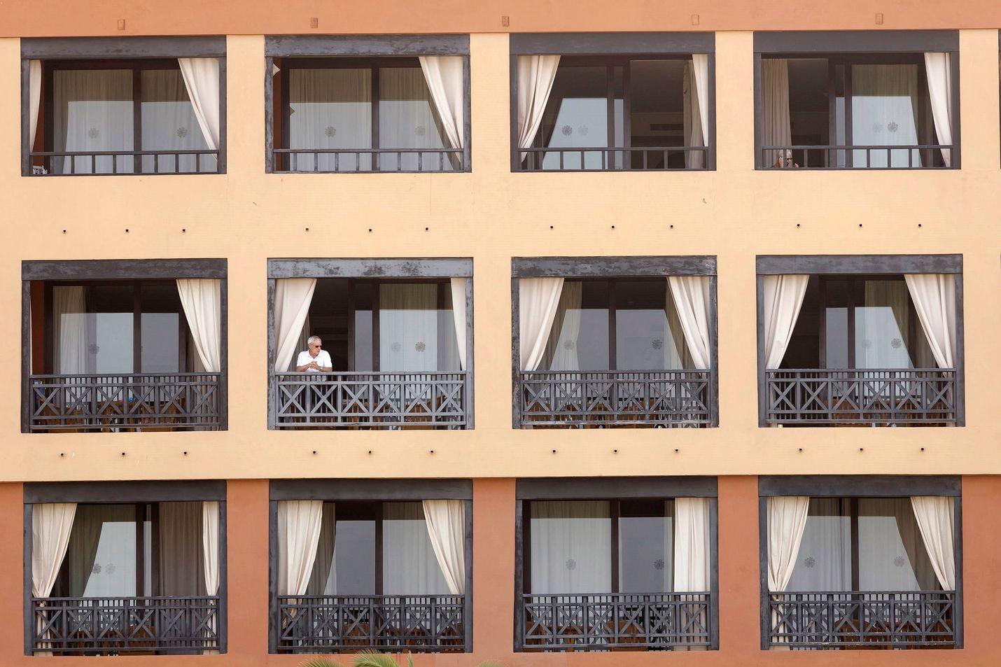 Koronaviruksen vuoksi eristetyssä hotellissa Teneriffalla on jopa 700 vierasta. Heidän joukossaan parikymmentä suomalaista. Turistit eivät saa liikkua hotellialueen ulkopuolella.