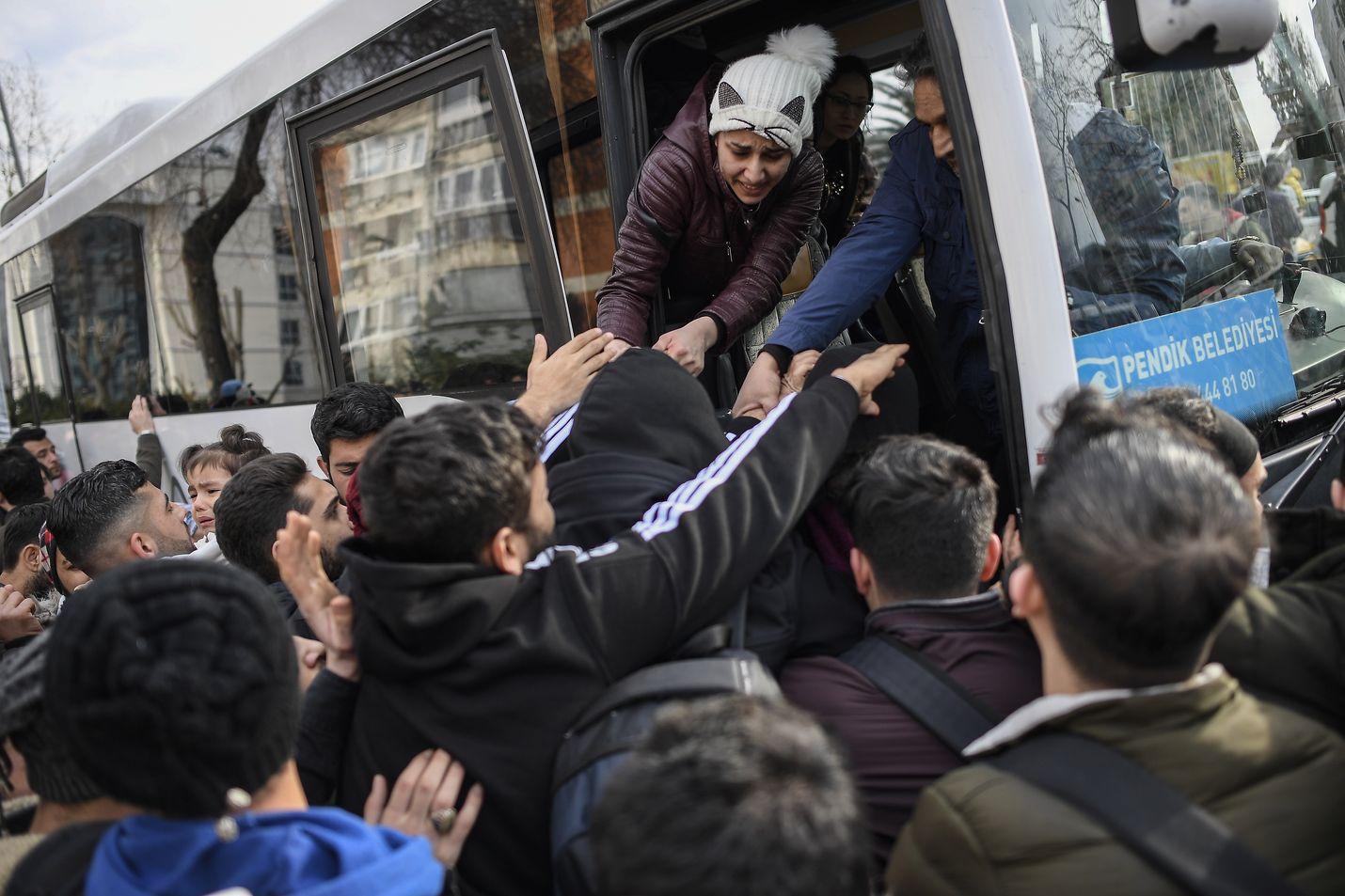 Istanbulin linja-autoasemalla oli tungosta, kun monet syyrialaiset pakolaiset olivat lähdössä kohti Turkin ja Euroopan välistä rajaa.