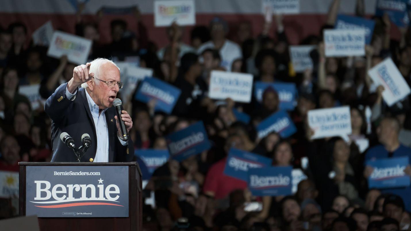 Senaattori Bernie Sanders puhuu monituhatpäiselle yleisölle Los Angelesin messukeskuksessa maaliskuun ensimmäisenä päivänä.