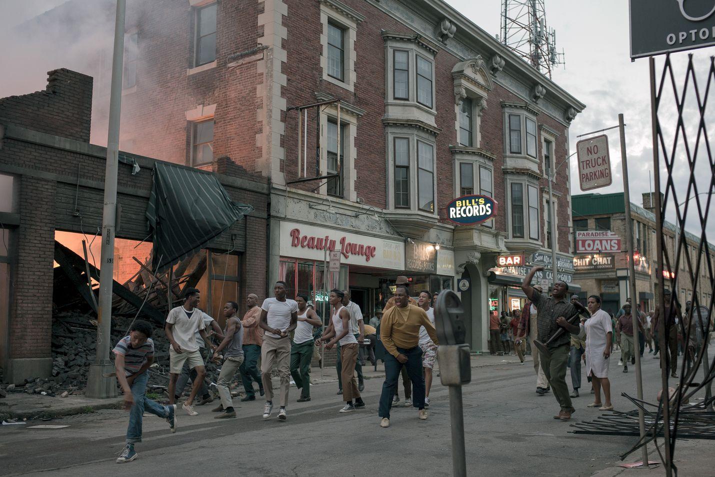Elokuva kertoo vuodesta 1967, jolloin detroitilaisessa motellissa tapahtuneen väkivallanteon seurauksena rotumellakat muuttivat Detroitin kadut kuin sotanäyttämöksi vuonna 1967.