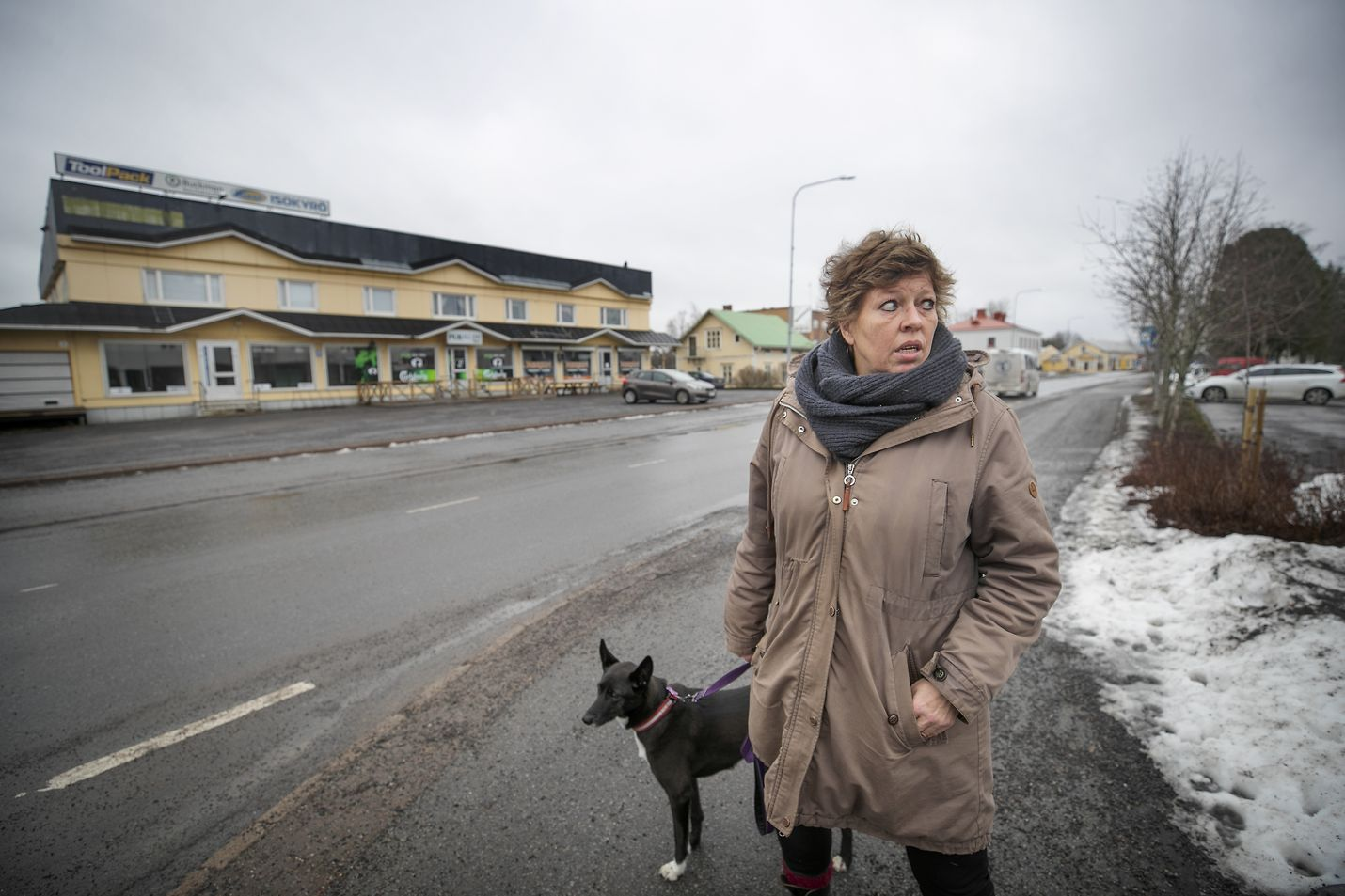 Minna Lymi ja Pipa-koira ovat jo tuttu näky Isossakyrössä. Lymin toinen asuinmaa Italia voisi kavahduttaa vastaantulijoita, mutta korona-pelko haihtuu, kun Lymi kertoo olleensa Suomessa tammikuusta lähtien.