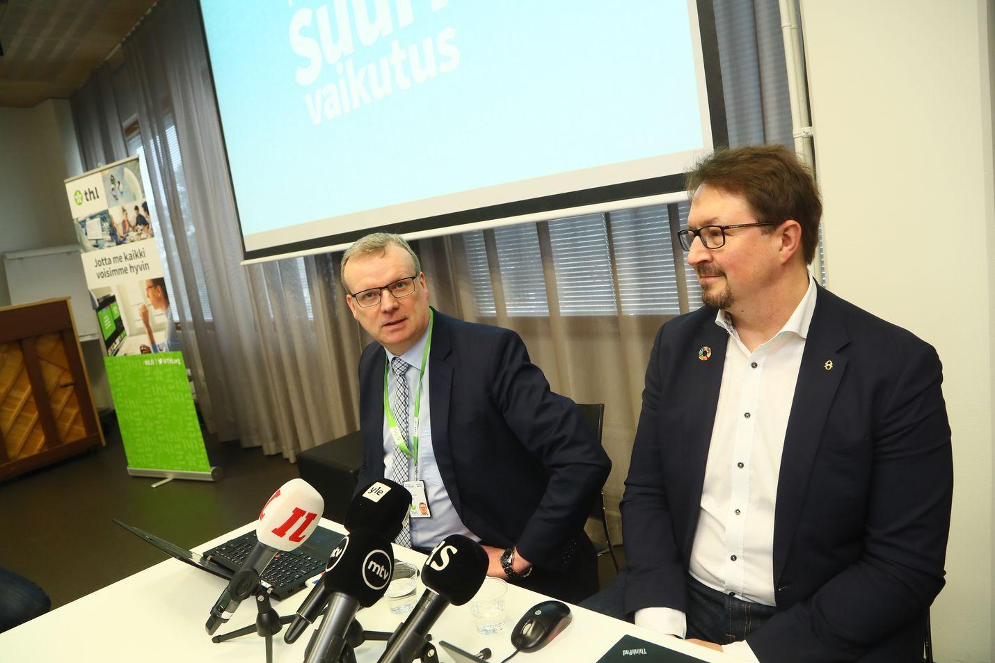 THL:n pääjohtaja Markku Tervahauta ja johtaja Mika Salminen painottivat kansalaisille ohjeiden noudattamista.