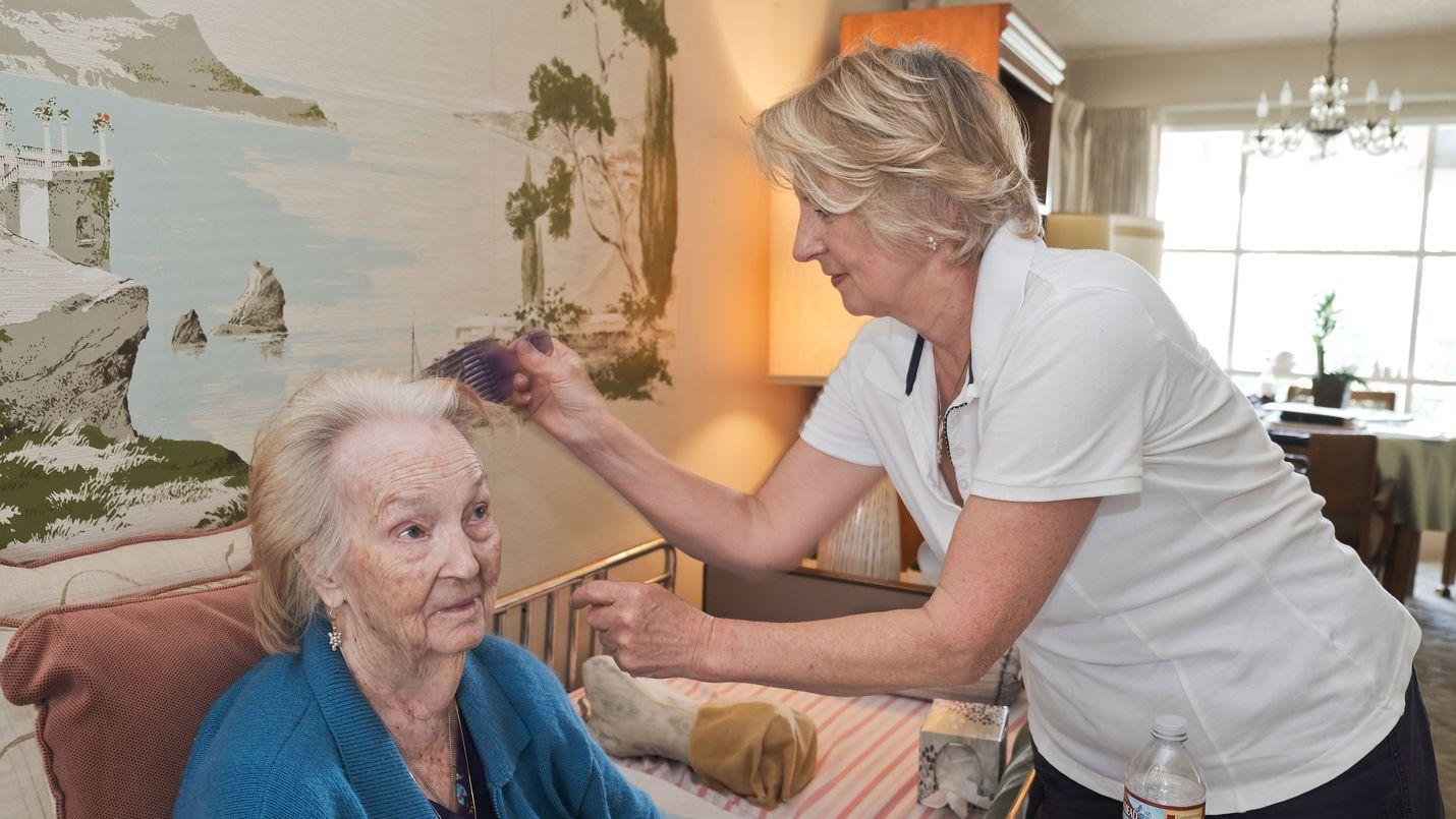 Kotihoitaja Tuula-Anitta Vesterinen (oik.) huolehtii Mildred St. Arnaudista tämän kotona Los Angelesissa (kuva Tomi Hinkkanen)