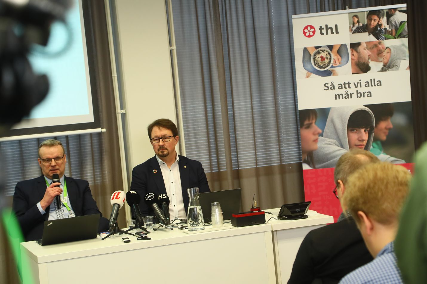 Terveyden- ja hyvinvoinnin laitos THL antoi perjantaina tietoiskun koronasta. Jopa kolmannes väestöstä voi sairastua. Samalla kerrottiin päivitetyt ohjeet. Vasemmalla istuu pääjohtaja Markku Tervahauta ja oikealla johtaja Mika Salminen.