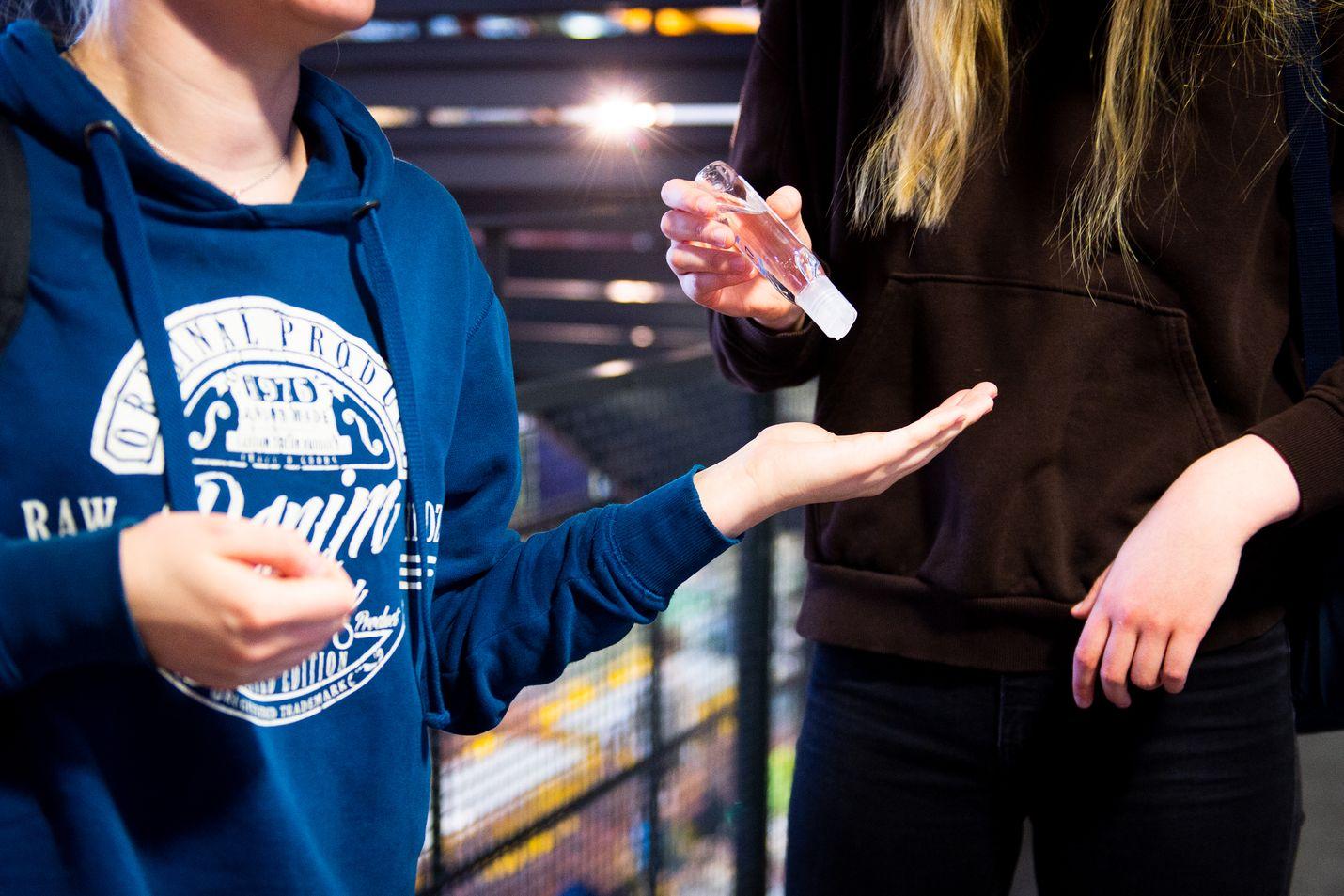 Koronaviruksen vuoksi on kouluja pantu osittain tai kokonaan karanteeniin.  Helsingissä Viikin normaalikoulussa todettiin yksi koronavirustartunta, ja nyt osa oppilaista on karanteenissa.