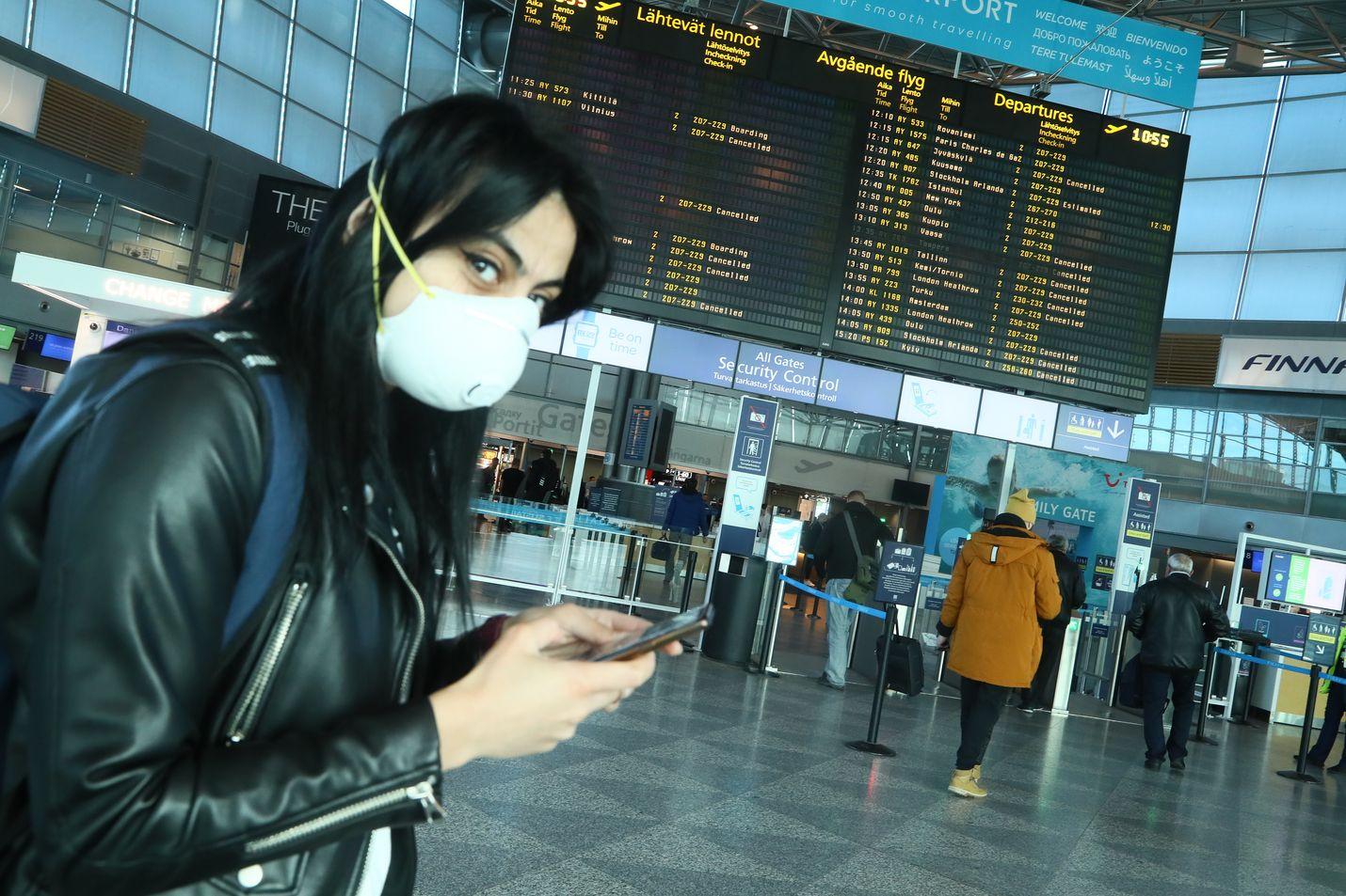Toistaiseksi suomalaisten matkustamista ulkomaille ei Helsinki Vantaan lentokentällä ole rajoitettu mitenkään. Kuva on tiistain aamupäivältä: matkustajia meni edelleen turvatarkastukseen.