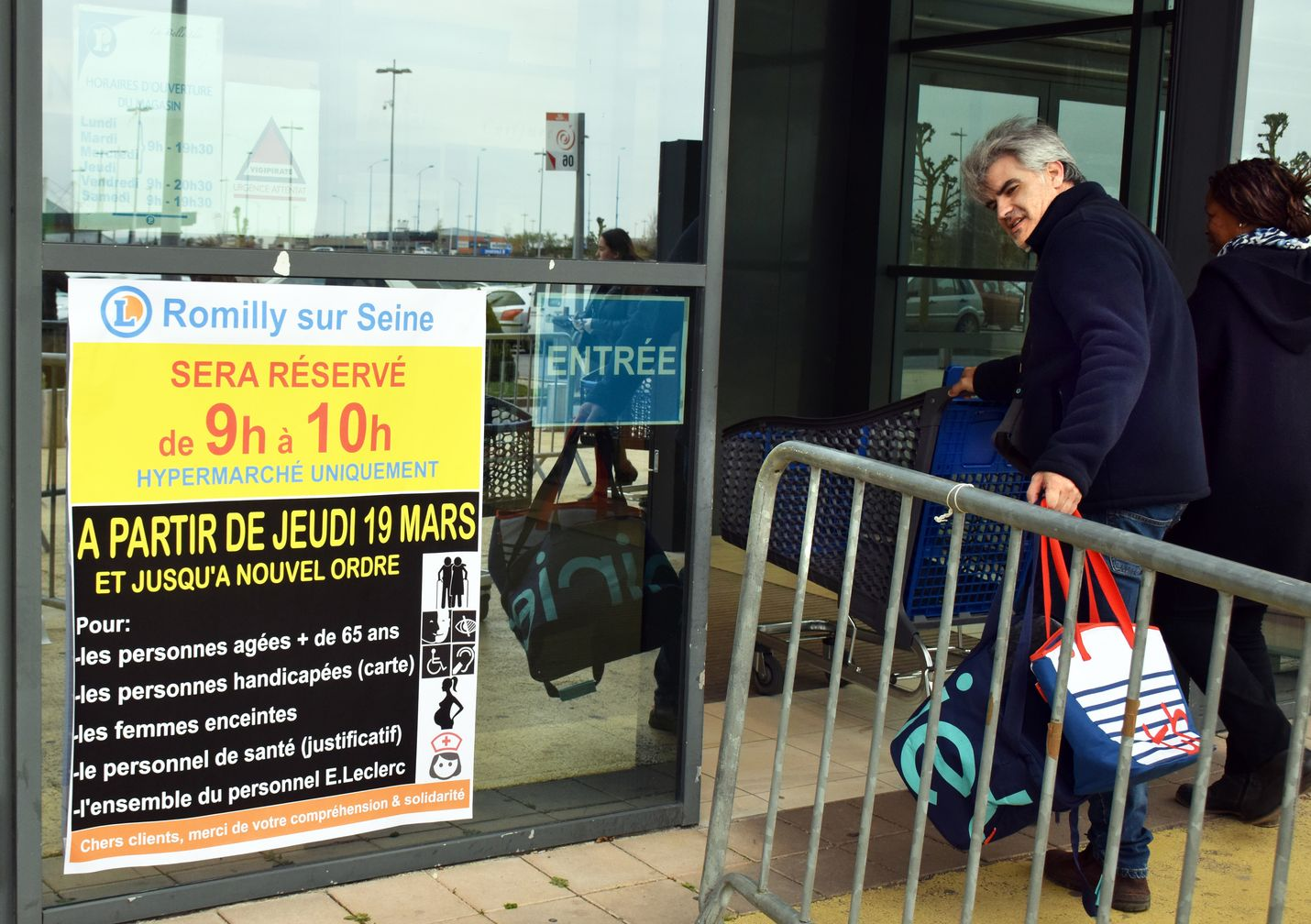 Monet marketit ovat Ranskassa määräaikoina avoimia vain yli 65-vuotiaille, raskaana oleville, invalideille ja sairaanhoitohenkilökunnalle.
