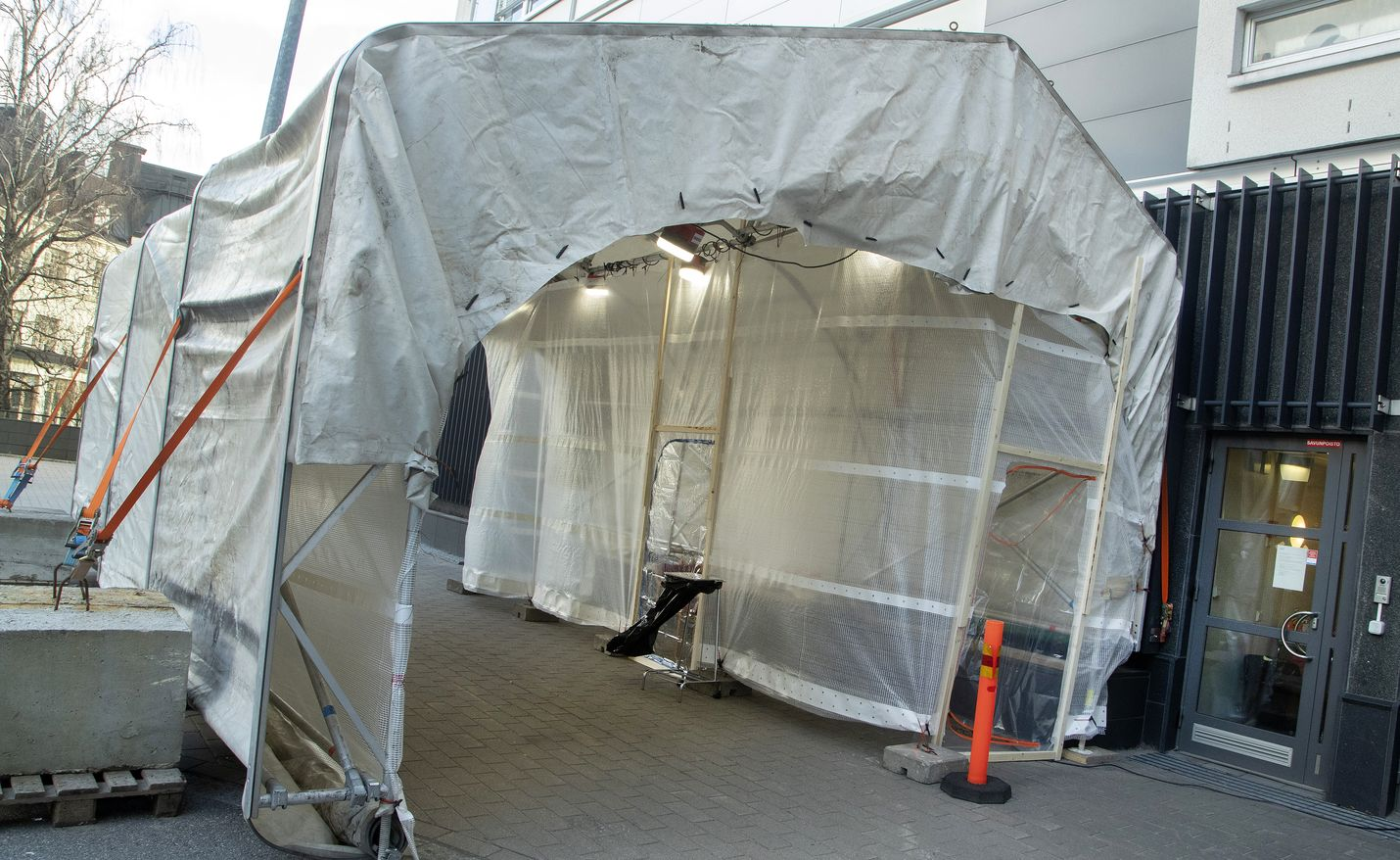Husin alueella on pystytetty koronatestausteltta sairaalan takapihalla sijaitsevalle parkkipaikalle.