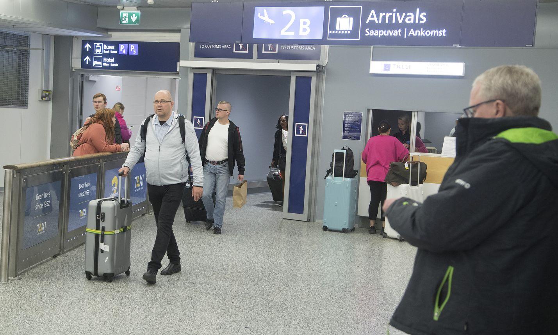 Lentokentälle saapuville matkustajille kerrotaan koronaviruksesta ja varotoimista Helsinki-Vantaalla.