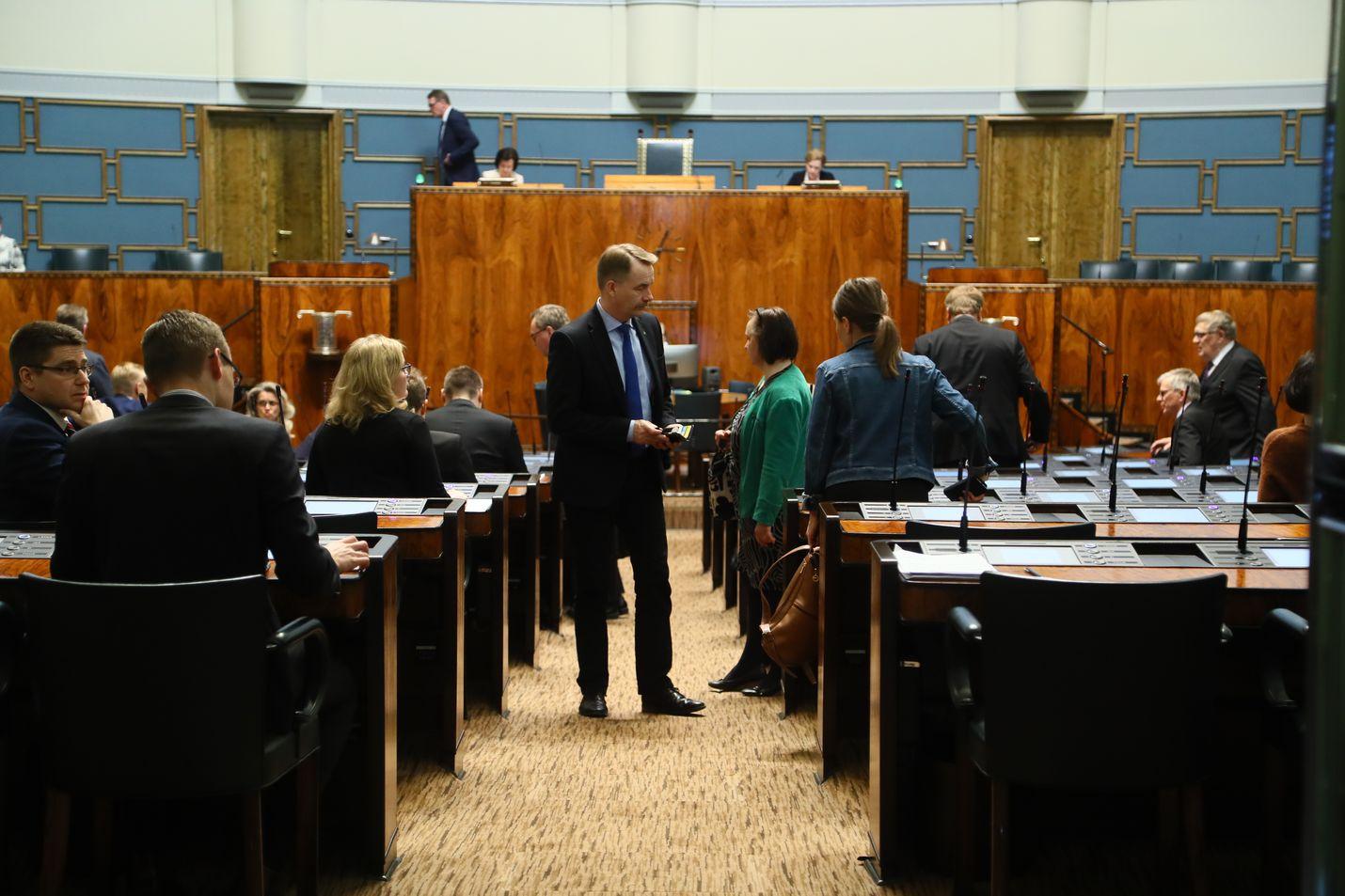 Eduskunnan ensimmäinen istunto keskiviikkona kello 15 kesti vain viitisen minuuttia.