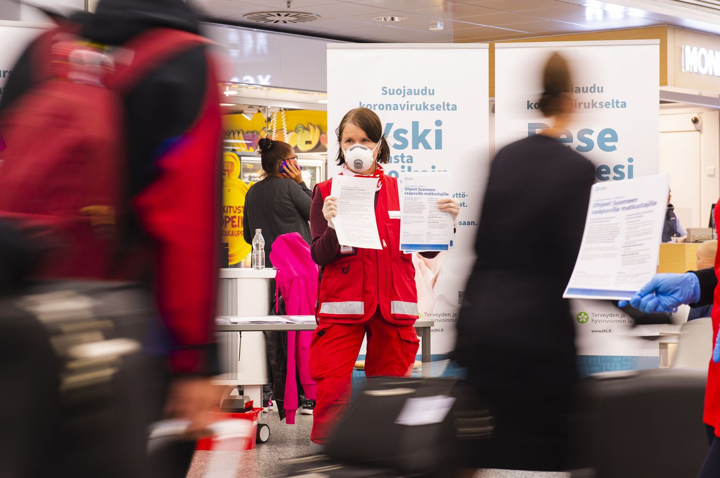 Suomen Punaisen Ristin vapaaehtoiset neuvoivat lentokentällä olevia matkustajia eilen torstaina. Vapaaehtoiset kertoivat koronalta suojautumisesta ja karanteenista. Matkustajia neuvoivat torstaina SPR:n Tikkurilan osaston vapaaehtoinen Silja Hormia yhdessä Hanna Sailasvuon (kuvassa takana) kanssa.