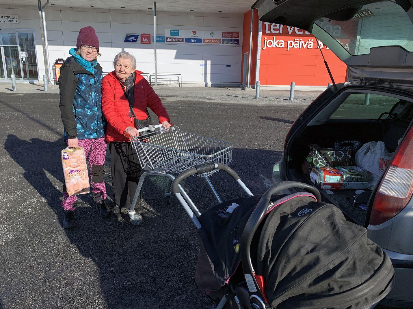 Gunhild Lindbäck (oik.) ja Christine Andersson kävivät Haaparannalla ruokaostoksilla. Epävarmuus vaivaa.  Ei oikein tiedä, mitä tietoa uskoisi. Perhettä ja naapureita pyritään suojelemaan, mutta kauppaostokset on tehtävä, sanoo Christine Andersson.