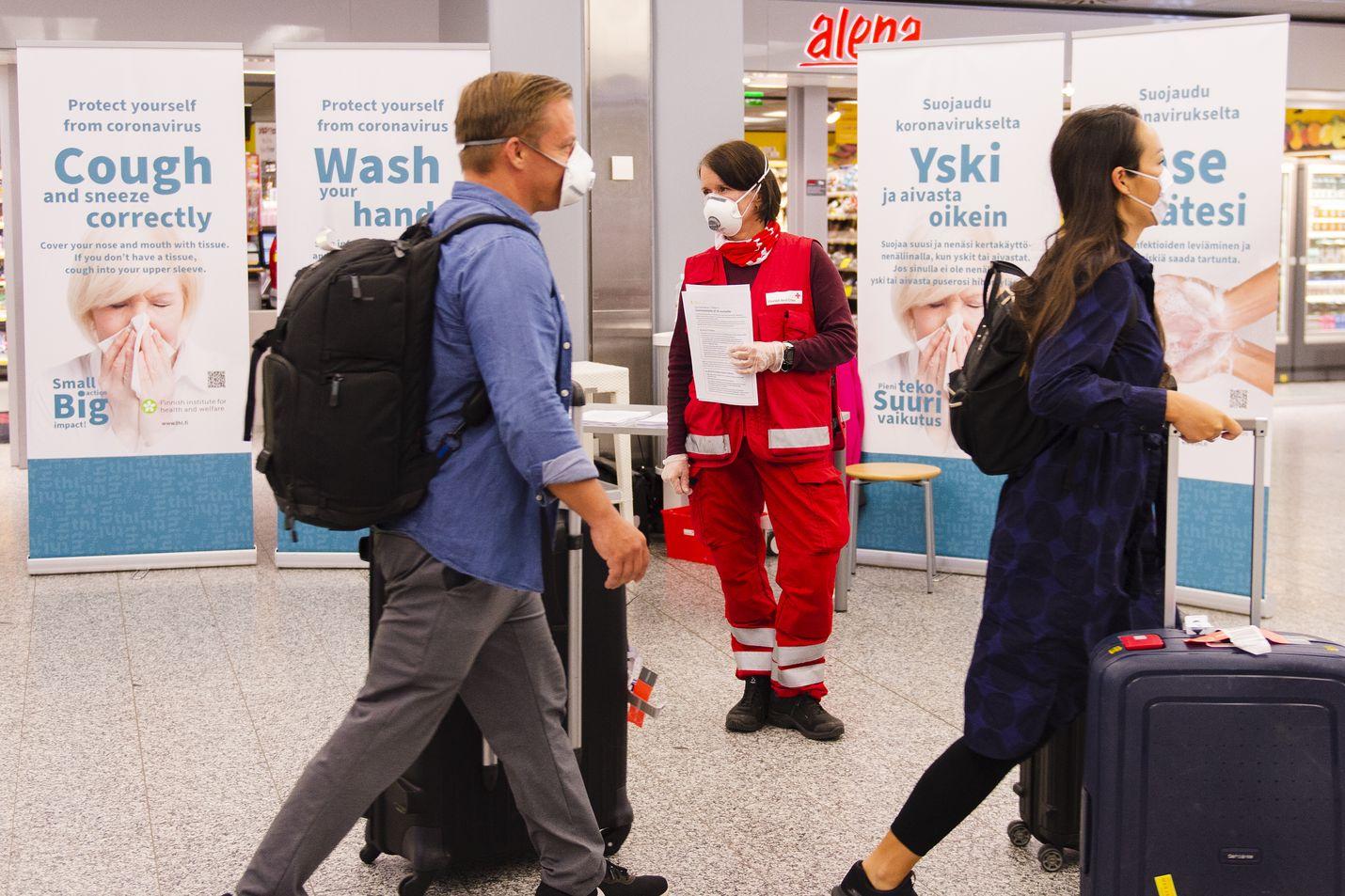 Helsinki-Vantaan lentokentälle saapuu yhä matkustajia. Heidät pyritään ohjaamaan karanteeniin.