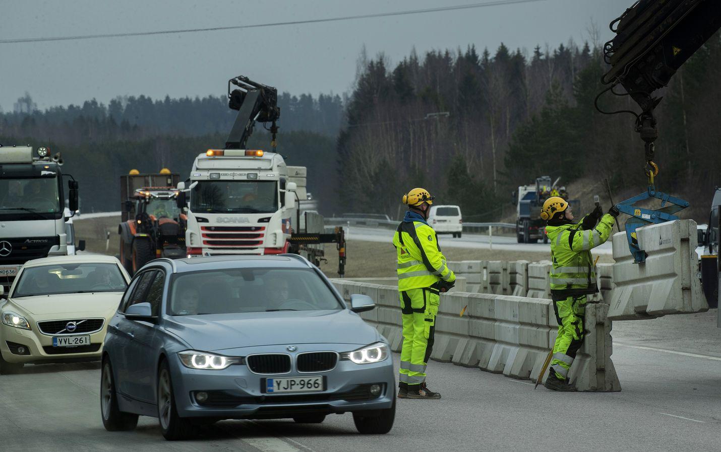 Poliisi valvoo Uudenmaan rajaliikennettä.