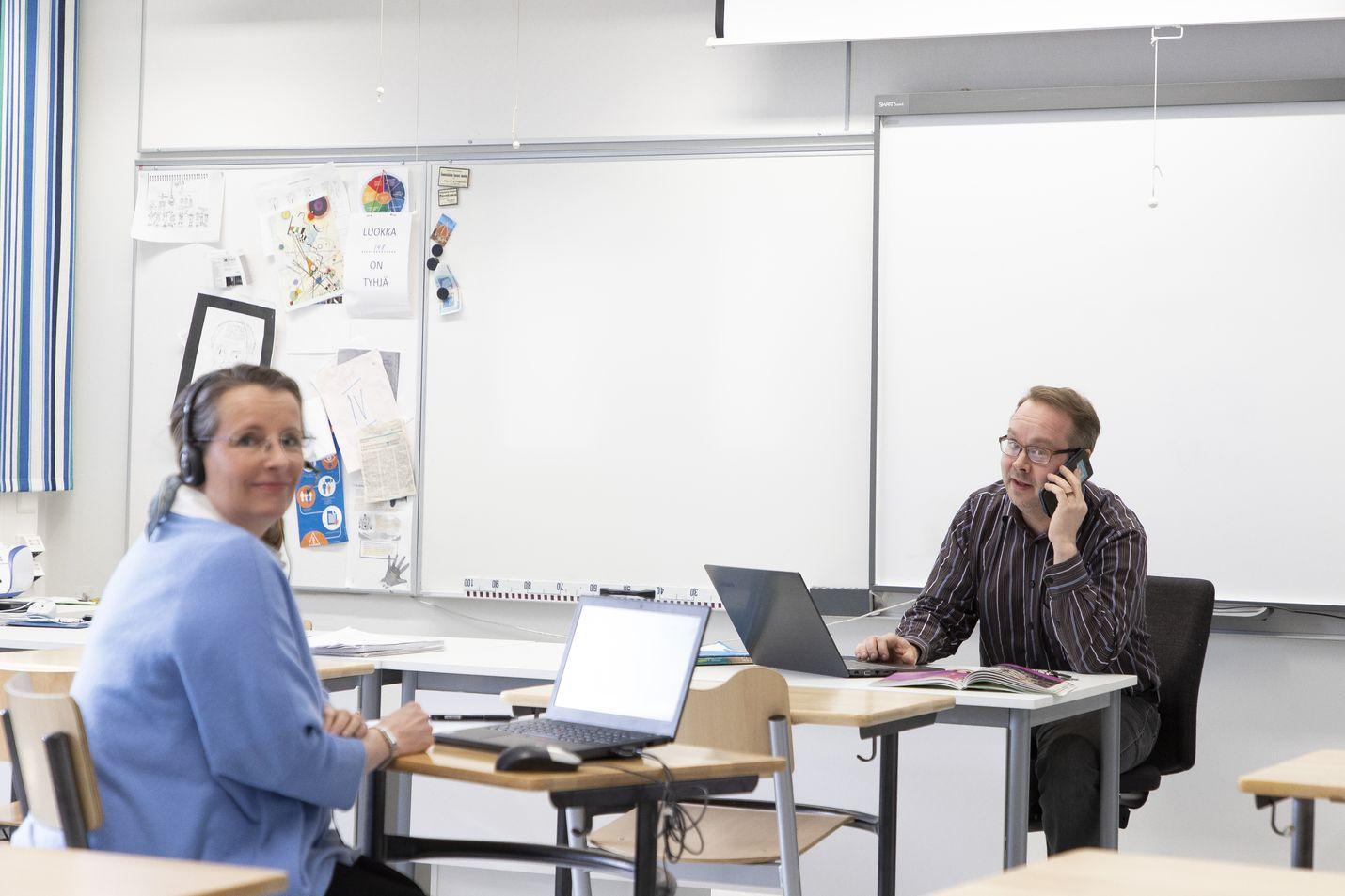 Vuoniityn peruskoulun opinto-ohjaajan Anu Japissonin (vas.) ja opettajan Jesse Jarvan tehtävänä on yrittää tavoittaa oppilaita, jotka eivät syystä tai toisesta pääse mukaan etäopetukseen normaalia kautta.