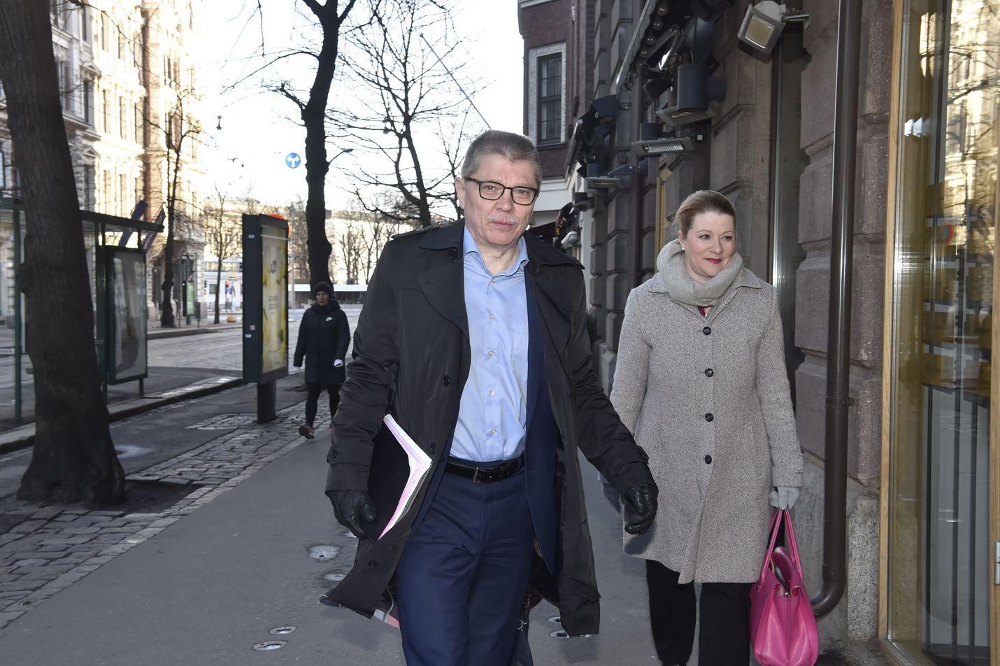 Kunta-alan neuvottelijat saapuivat valtakunnansovittelijan toimistoon keskiviikkona aamulla. Etualalla Kuntatyönantajien Markku Jalonen.