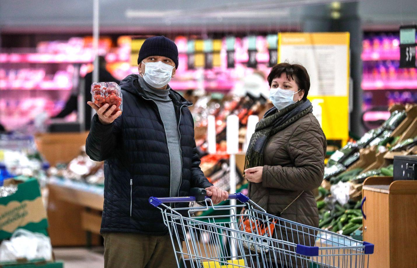 Moskovalaisia ruokaostoksilla perjantaina. Merkittävä osa venäläisyrityksistä ei välttämättä pysty jatkamaan toimintaansa normaalisti.