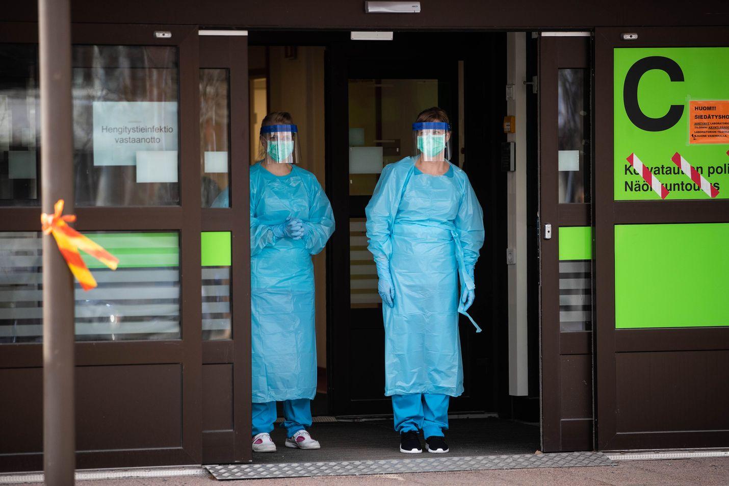 Hoitohenkilökunta odottaa koronatestiin saapuvia ihmisiä tamperelaisen sairaalan ulko-ovella. Julkisessa terveydenhuollossa otetaan tällä hetkellä noin 3 000 koronatestiä vuorokaudessa.