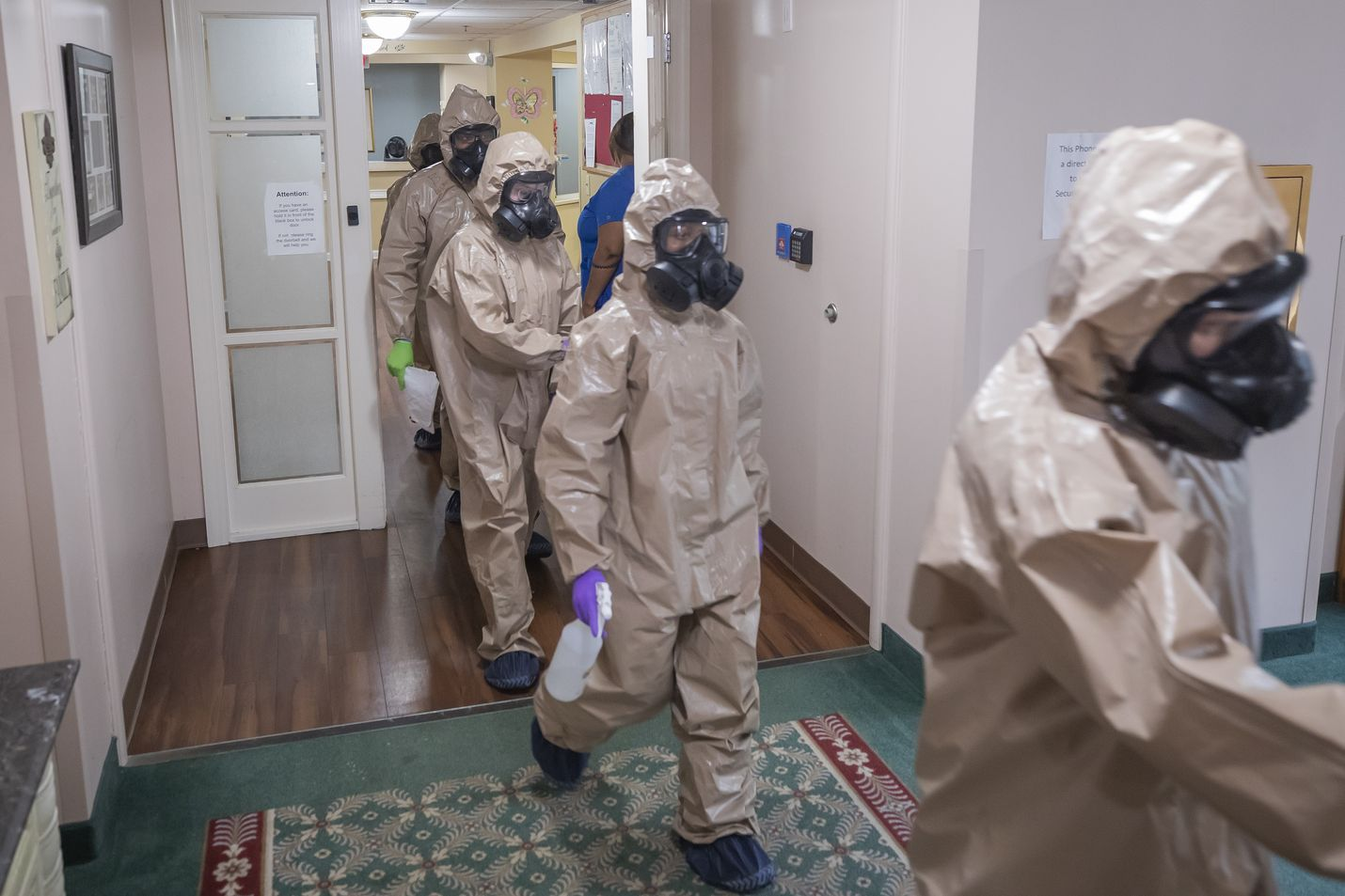 Joukko sotilaita desinfioi vanhainkotia koronaviruksen vuoksi Mariettan kaupungissa Georgian osavaltiossa Yhdysvalloissa. Osavaltio on ilmoittanut alkavansa poistaa koronaviruksen vuoksi asetettuja rajoituksia tällä viikolla.