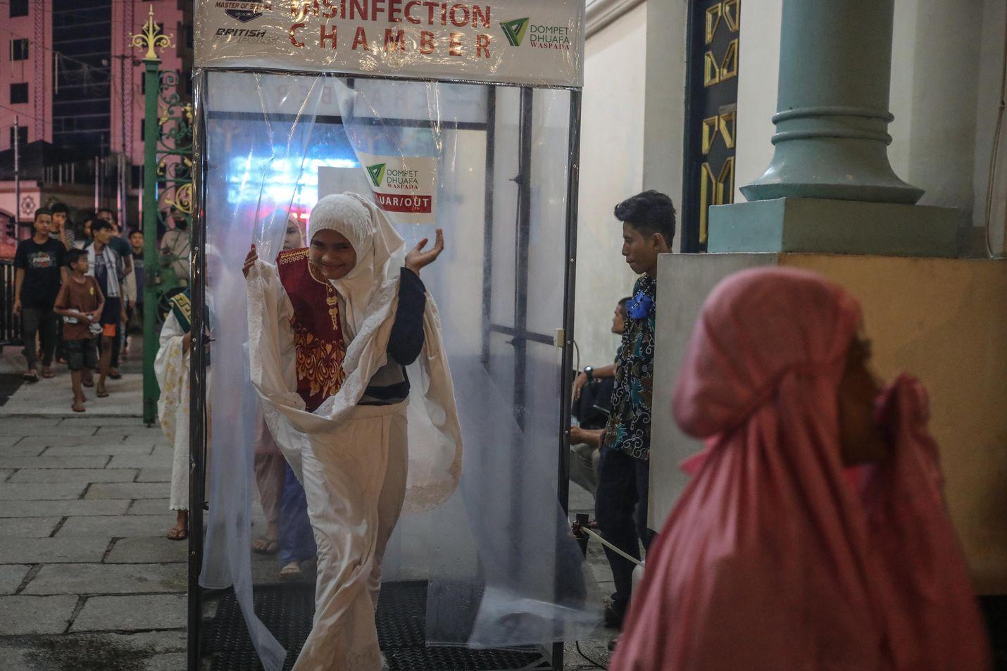 Sumatralla Indonesiassa moskeijaan tulijoiden täytyi kulkea desinfioinnin kautta torstai-iltana, jolloin oli ensimmäisten ramadan-rukousten aika.