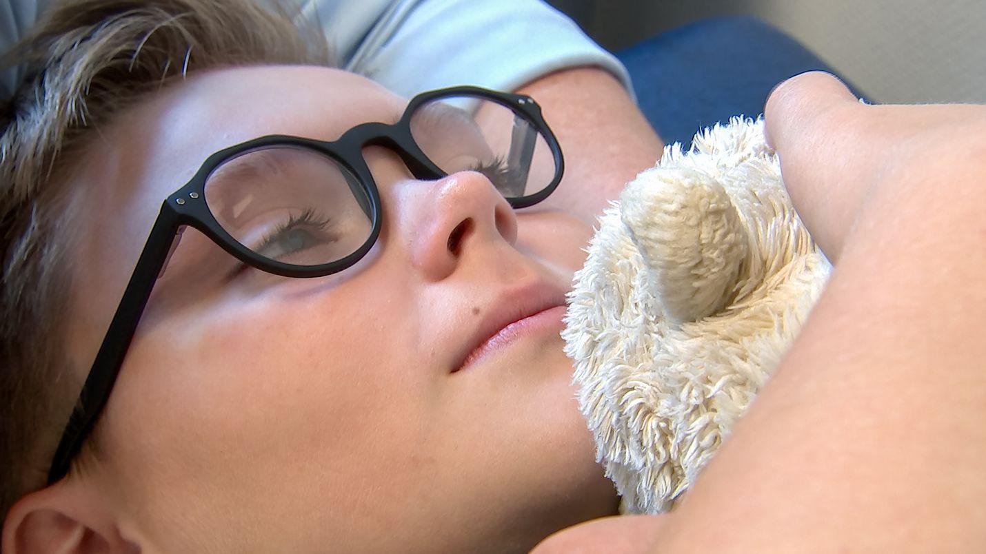 Äiti ja pehmolelu rauhoittavat, kun tanskalaiselle 11-vuotiaalle translapselle Kimille annetaan hormonihoitoa.