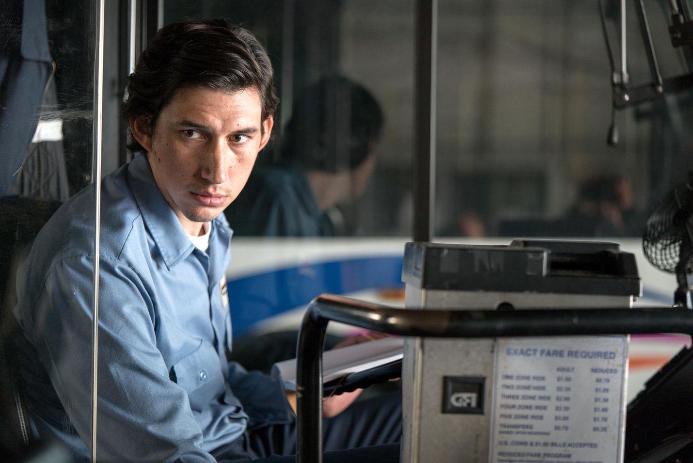 Adam Driver on bussikuski Paterson Patersonin kaupungissa, jossa hän runoilee ja elää täysin tyytyväisenä jokapäiväisiin rutiineihinsa.