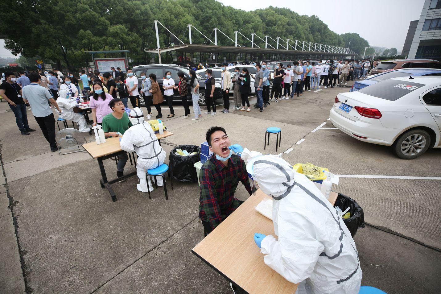 Wuhanin asukkaita testattiin tehtaan vieressä ulkona perjantaina.