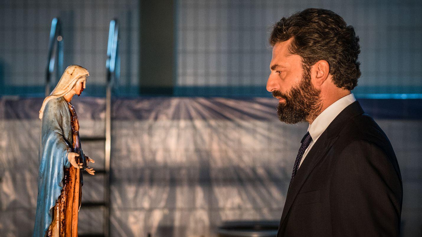 Italian pääministeri Pietromarchi (Guido Caprino) ihmettelee Madonna-patsasta, johon eivät päde fysiikan lait.