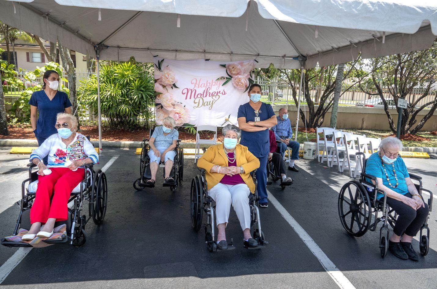Hoivakodin asukkaat ja henkilökunta viettivät äitienpäivää Floridassa toukokuussa. Noin sata asukasta ja heidän perheensä osallistuivat juhlallisuuksiin. Hoivakodit ovat olleet eristyksissä maaliskuun alusta asti.