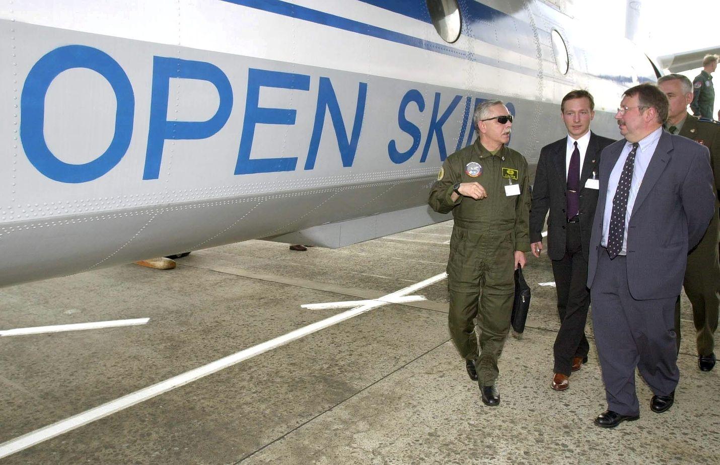 Avoin taivas -sopimukseen kuuluu 35 maata, ja valvonta- ja kuvauslennot alkoivat vuonna 2002. Belgian silloinen puolustusministeri Andre Flahaut katsasti venäläisen Antonov-koneen Brysellissä elokuussa 2002.