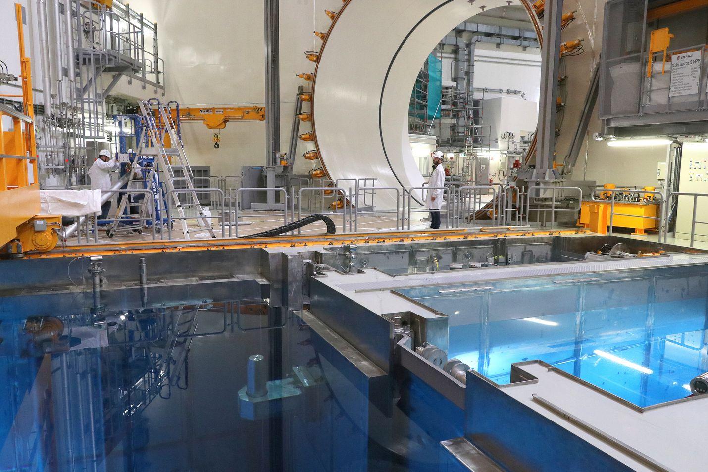 Tähän OL3:n reaktorialtaaseen pitäisi ladata ydinpolttoaine, kun viranomainen myöntää siihen luvan. Vuonna 2005 aloitetusta rakennushankkeesta tulisi samalla ydinlaitos. Kuva viime heinäkuulta.