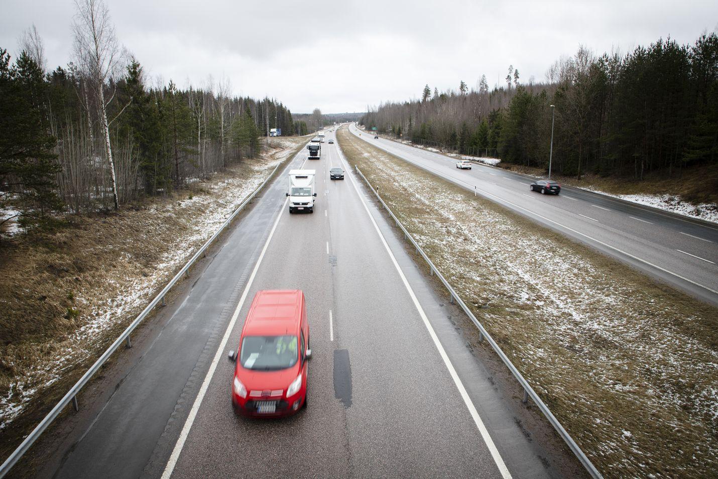 Kansainvälisen tutkijaryhmän arvion mukaan maa- ja meriliikenteen päiväkohtaiset päästöt vähenivät koronakeväänä Suomessa enimmillään 38 prosenttia. Liikenteen osuus koko maan päästöistä on kuitenkin pienempi kuin esimerkiksi Ruotsissa.