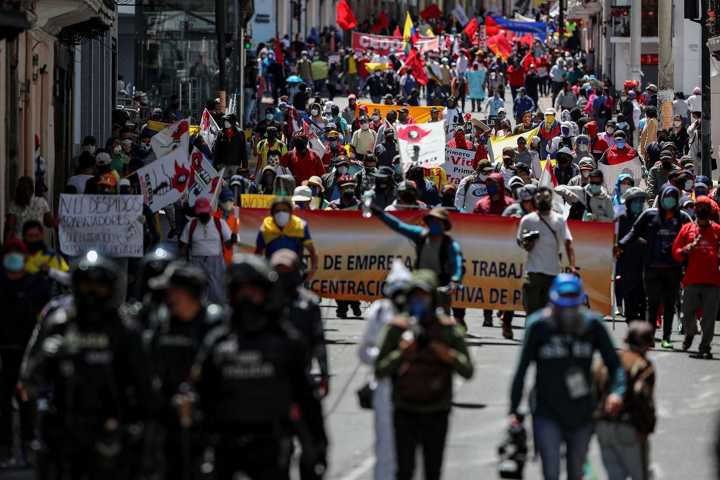 Mielenosoittajat kerääntyivät maanantaina Ecuadorin pääkaupungin Quiton kaduille.