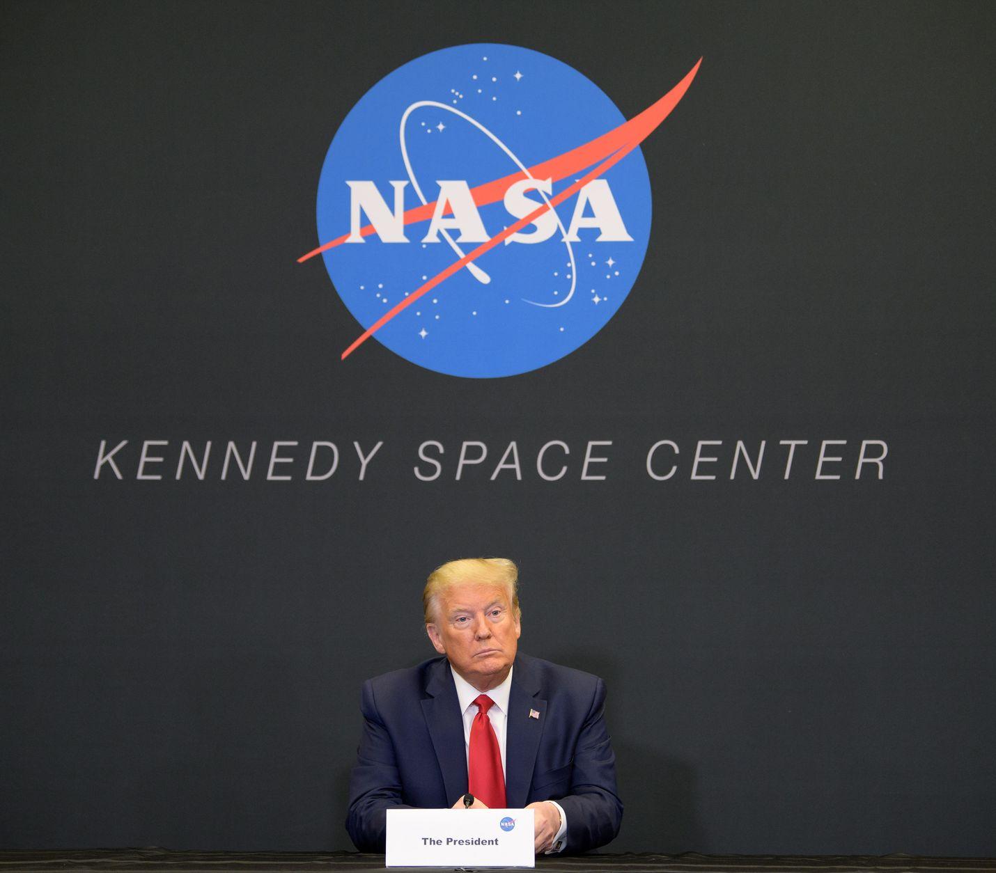 Presidentti Donald Trump kävi keskiviikkona turhaan Floridassa Kennedyn avaruuskeskuksessa, kun SpaceX-avaruusraketin laukaisu jouduttiin perumaan huonon sään takia.