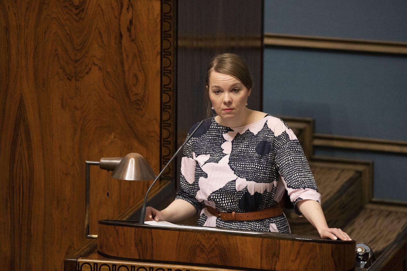 Valtiovarainministeri Katri Kulmuni vakuutti, ettei elpymisrahasto mene läpi sellaisenaan.