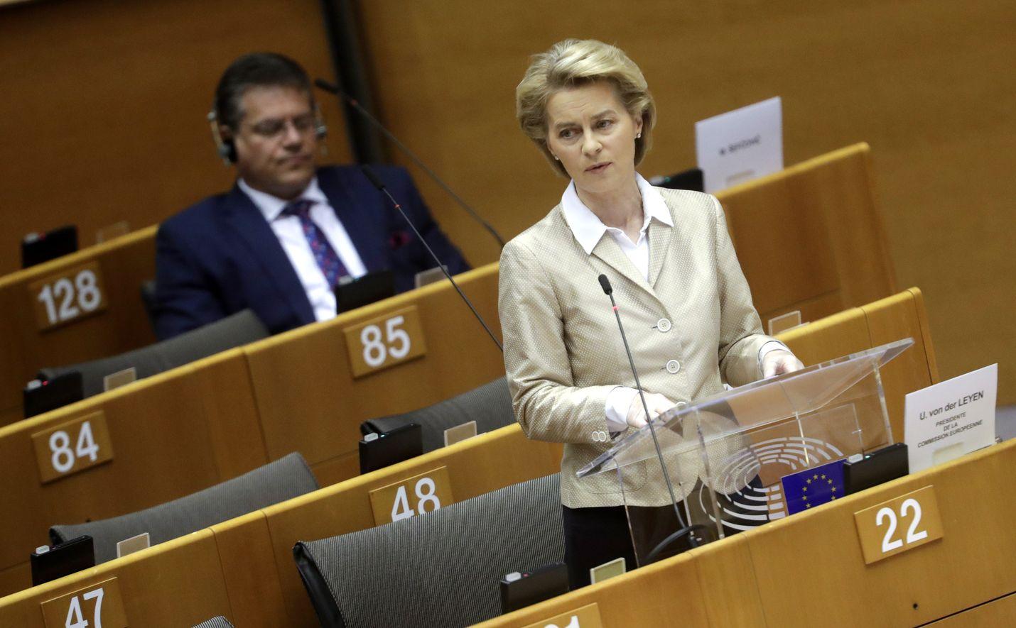 Ursula von der Leyen rakentaa kriisissä luottamusta puhumalla inhimillisesti ilman EU:n korkean vallankäyttäjän elkeitä. Kuva on europarlamentista 16:nnelta huhtikuuta.