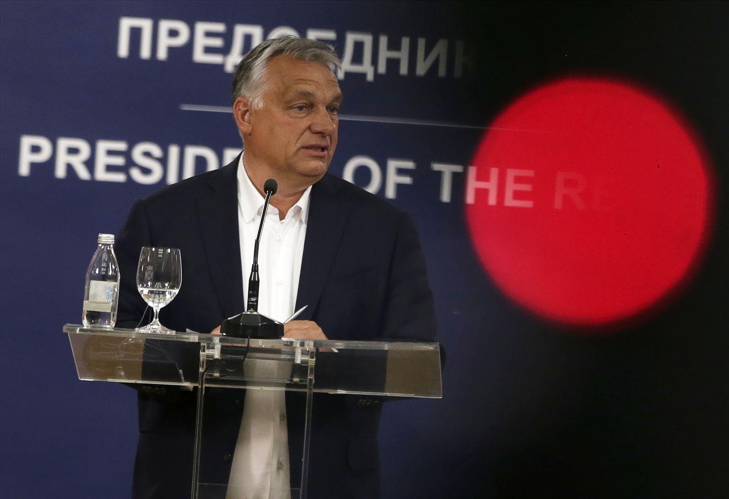 Parlamentti antoi Unkarin pääministerille Viktor Orbánille käytännössä yksinvallan koronapoikkeuslailla. Orbán puhui lehdistölle 15. toukokuuta vieraillessaan Serbiassa.
