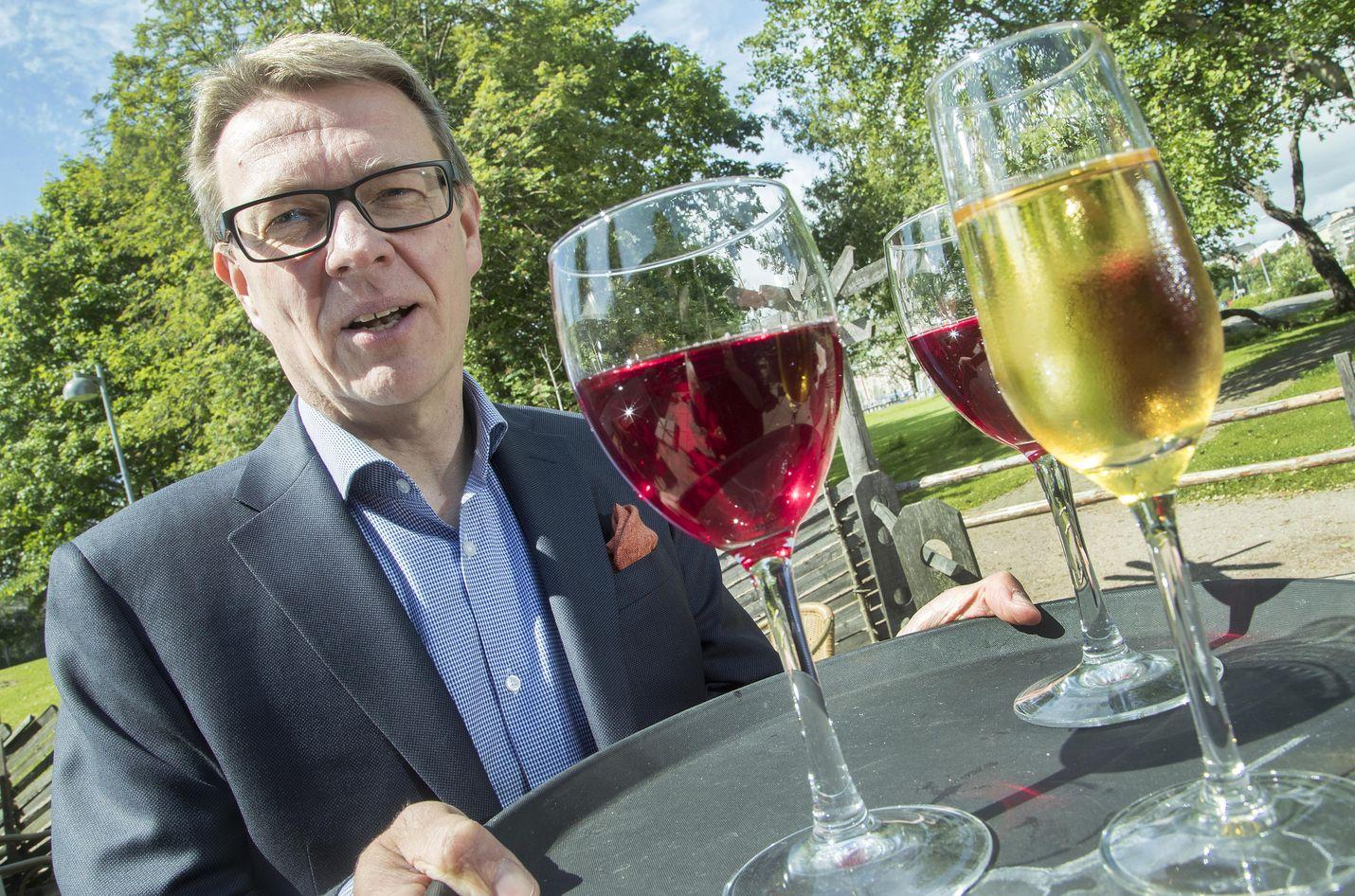 Timo Lapin mielestä ravintoloita koskevat rajoitukset tulisi purkaa kesäkuun aikana. Kuva on ajalta ennen koronarajoituksia.
