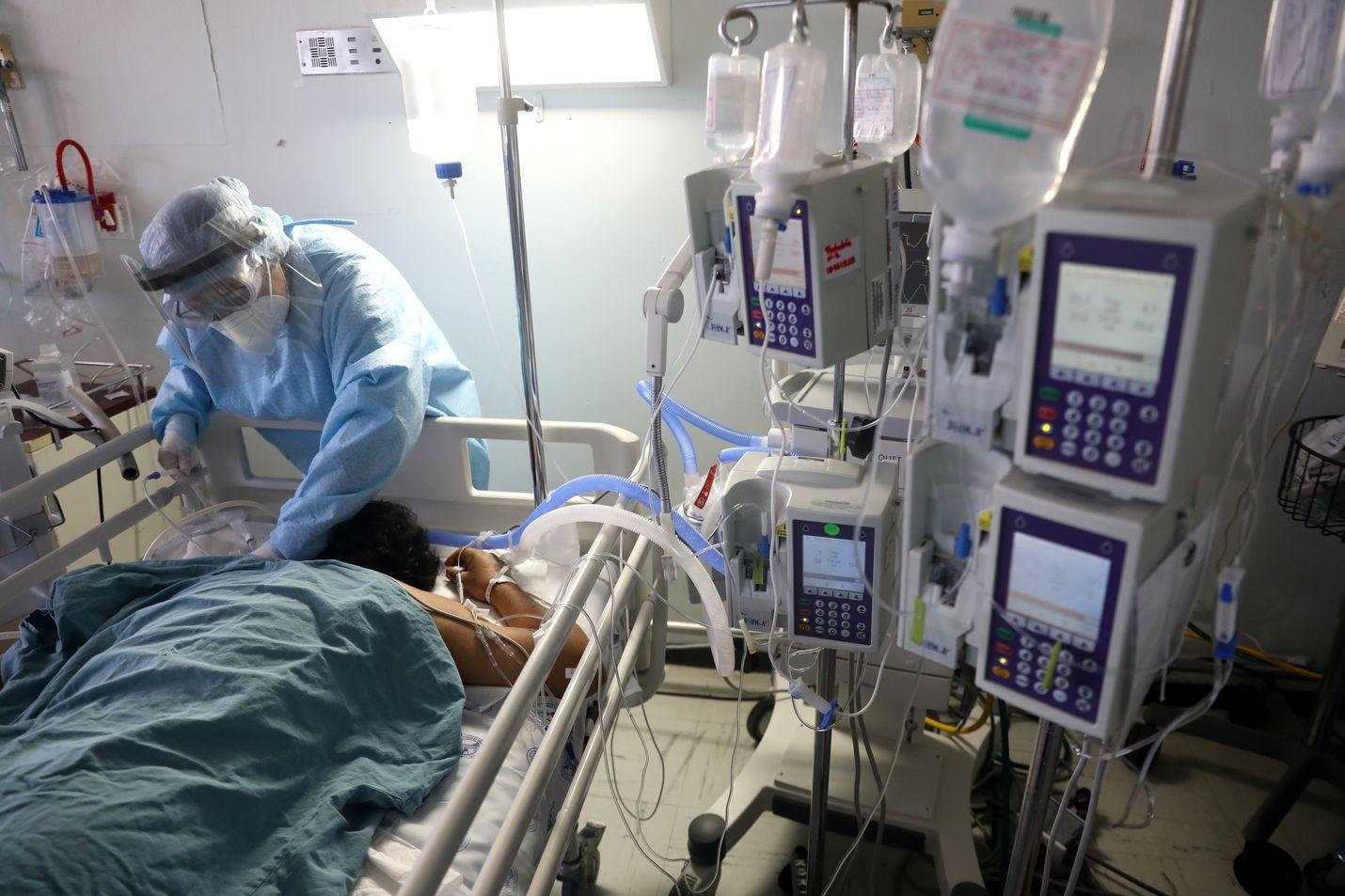 Koronaviruksen aiheuttamaan tautiin joudutaan antamaan usein hoitoa vatsa-asennossa vaikeiden hengitysongelmien vuoksi. Tämä kuva on sairaalasta Meksikossa. Väli- ja Etelä-Amerikasta on tullut viime päivinä koronapandemian keskus.
